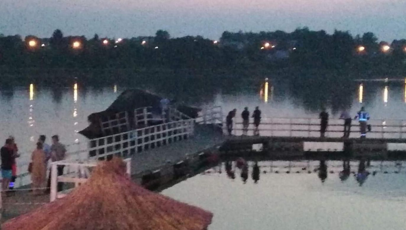 Jak podają media, do zawalenia konstrukcji miało dojść w wyniku jej rozbujania przez grupę nastolatków (fot. PSP w Siemiatyczach/SU)