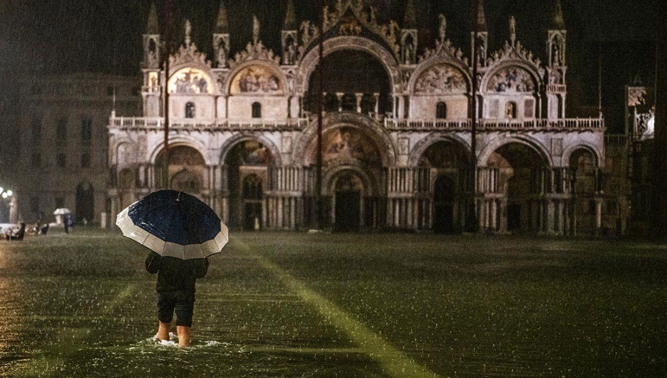 """""""Wysoka woda"""" wraca do Wenecji. W czwartek wieczorem przypływ sięgał 116 cm (fot.  Giacomo Cosua/NurPhoto via Getty Images)"""