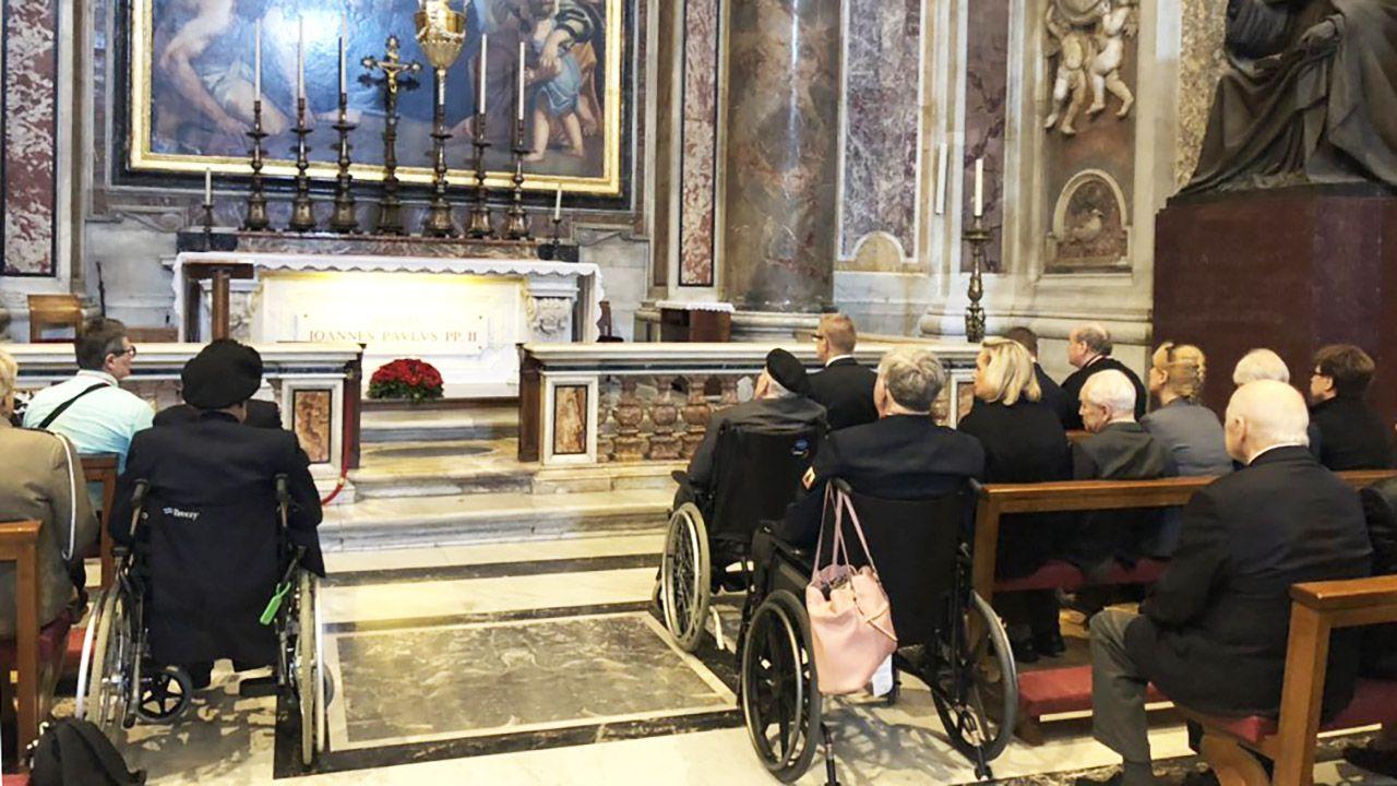 Grób św. Jana Pawła II w Bazylice św. Piotra w Watykanie (fot. tt/@Kombatanci)