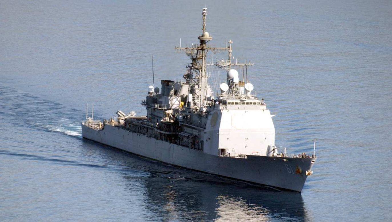 Krążownik pocisków kierowanych USS Monterey (fot. Wikimedia Commons/Marynarka Wojenna Stanów Zjednoczonych, Paul Farley)