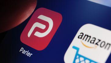 Sąd nie przychylił się do  wniosku serwisu Parler (fot. Shutterstock/Ascannio)