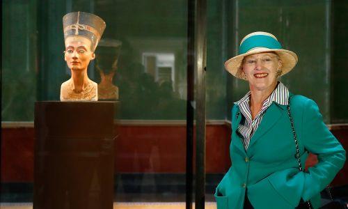 3400-letnie popiersie królowej Nefretete znajduje się w berlińskim Neues Museum. Tu w 2014 egispką piękność oglądała królowa Danii Małgorzata II. Rzeźbę odkrył niemiecki zespół  Ludwiga Borchardta podczas badań w 1912 na terenie Amarny. Nie pokazywano jej Egipcjanom i wprowadzano ich w błąd ws. wyglądu i wartości rzeźby. Drogą morską przewieziono ją do Niemiec, utrzymując wciąż w tajemnicy. Na wystawę trafiła dopiero  w 1924. II wojnę przetrwała w m.in. w bunkrze i kopalni. Fot. Andreas Rentz/Getty Images