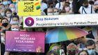 W sobotę przed PKiN w Warszawie zgromadziło się kilkaset osób manifestujących poparcie dla społeczności LGBT (fot. PAP/Radek Pietruszka)