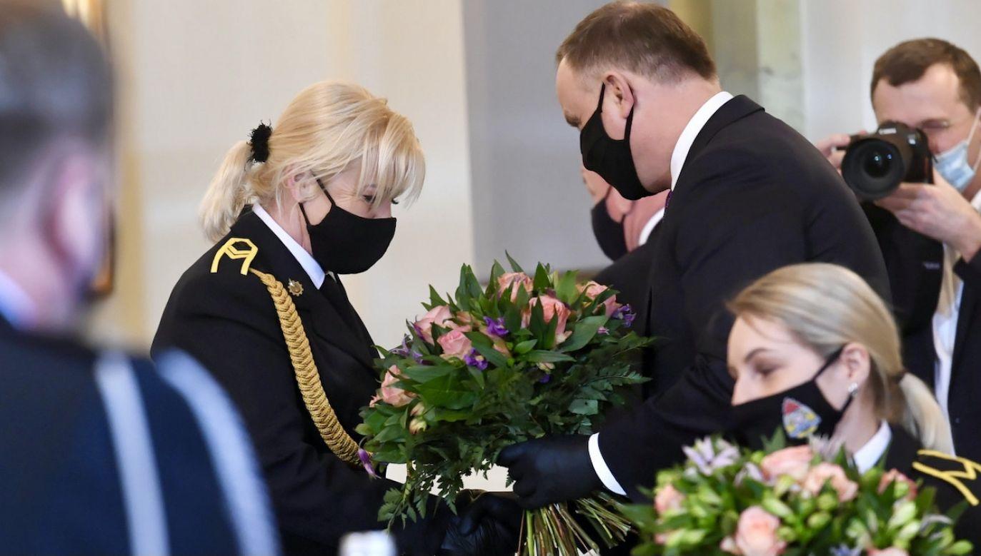 Prezydent Andrzej Duda wręczył funkcjonariuszkom kwiaty z okazji Dnia Kobiet fot. PAP/Piotr Nowak)