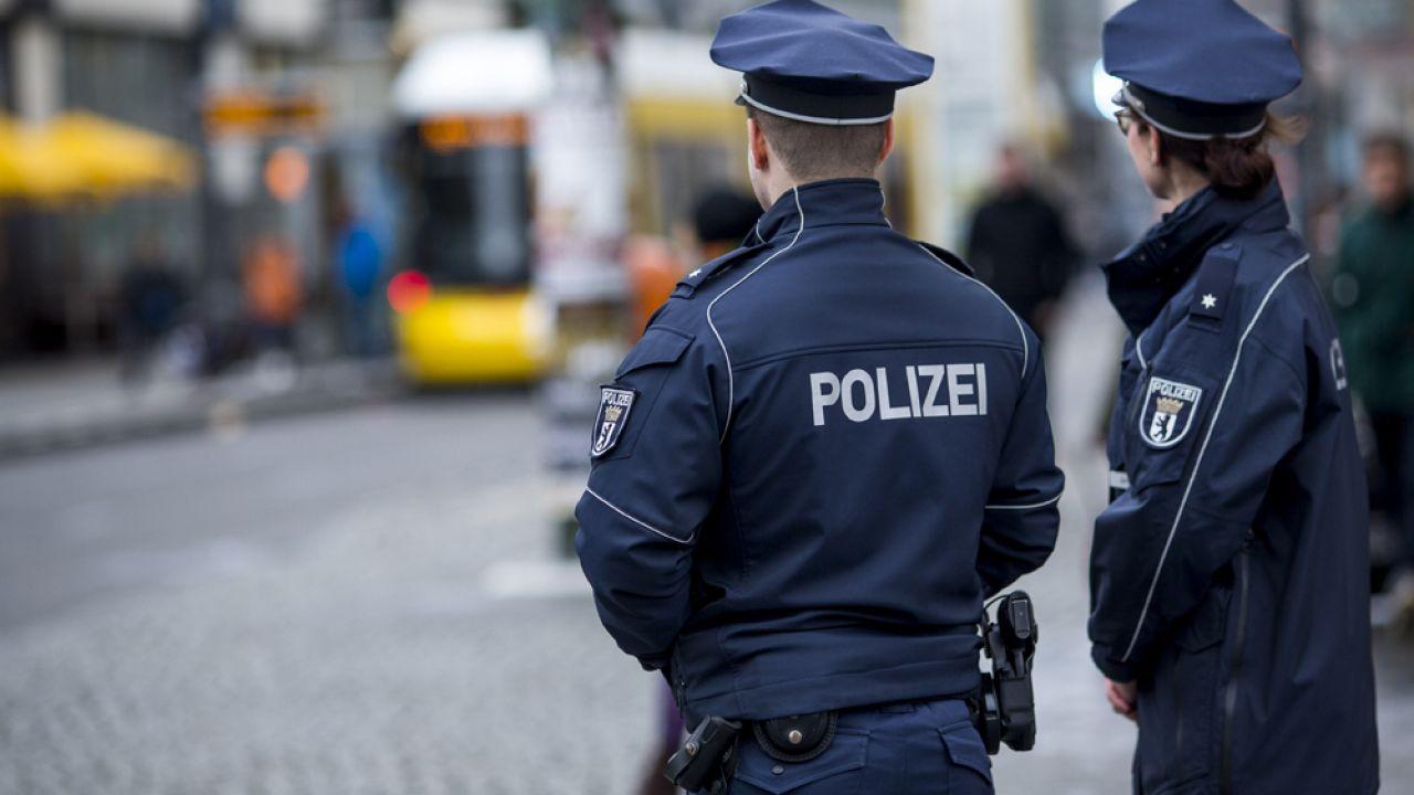 {Policja zatrzymała na miejscu zdarzenia młodego mężczyznę, który z nieznanych do tej pory powodów ranił nożem kuchennym ludzi na ulicy (fot. Carsten Koall/ Stringer/Getty Images)