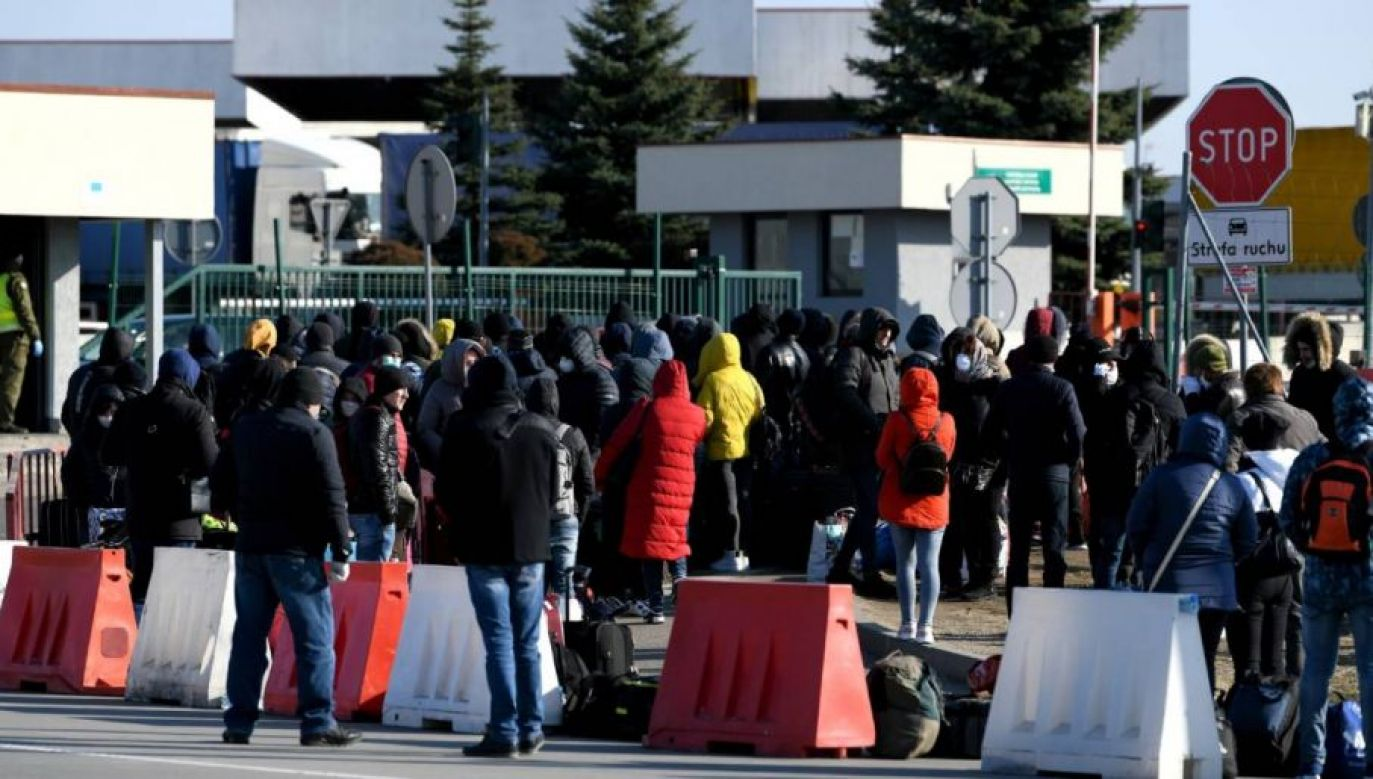 Podróżni oczekujący na przekroczenie polsko-ukraińskiego przejścia granicznego w Korczowej (fot. PAP/Darek Delmanowicz)