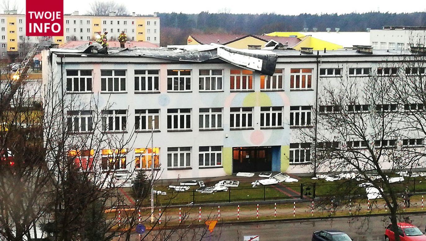 Pan Marek Piśko poinformował nas o zerwanym dachu w szkole  przez wiatr w Nowej Sarzynie (woj. podkarpackie)(fot. Twoje Info)