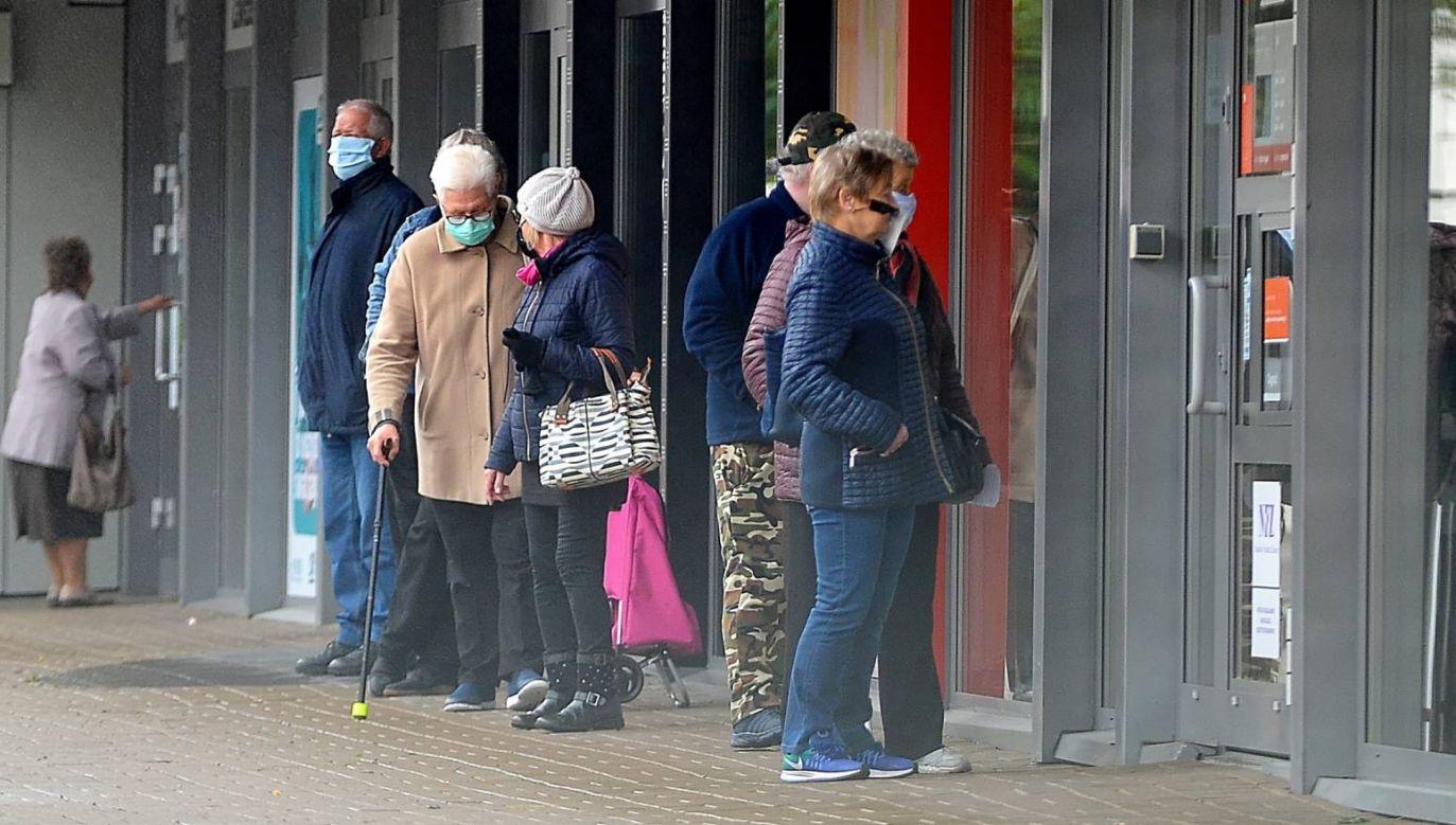 Rząd zachęca seniorów do robienia zakupów w godzinach 10-12 od poniedziałku do piątku (fot. PAP/Marcin Bielecki)