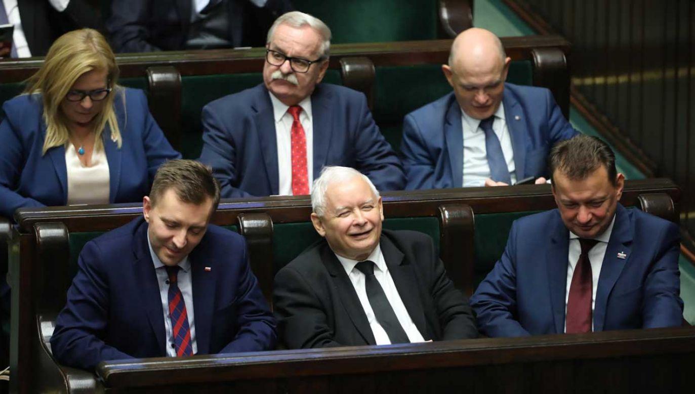 PiS niezmiennie liderem notowań (fot. PAP/Wojciech Olkuśnik)