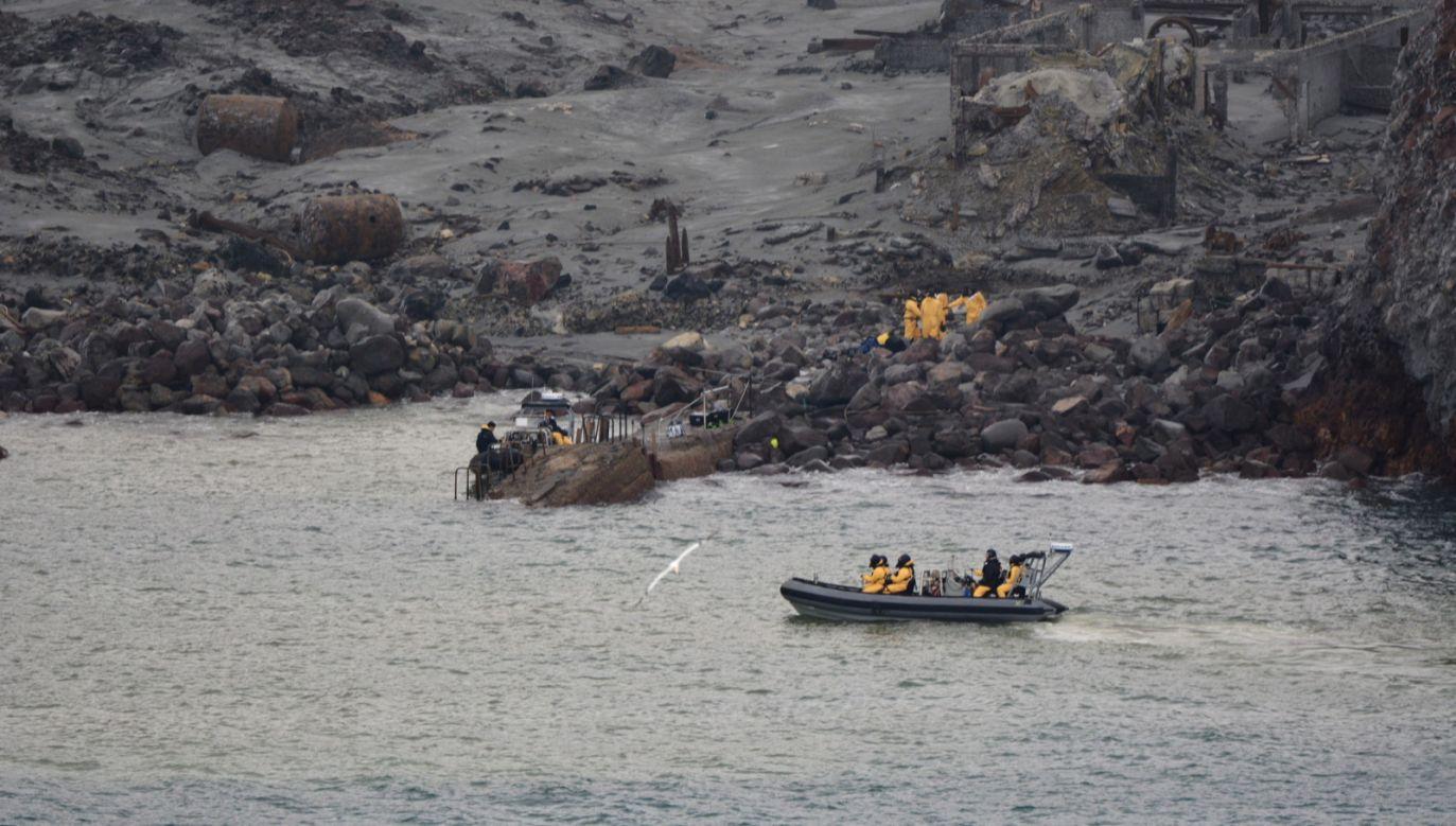 Nie wiadomo, dlaczego turyści znaleźli się na Białej Wyspie w sytuacji, gdy oficjalnie informowano o możliwości erupcji wulkanu (fot.PAP/EPA)