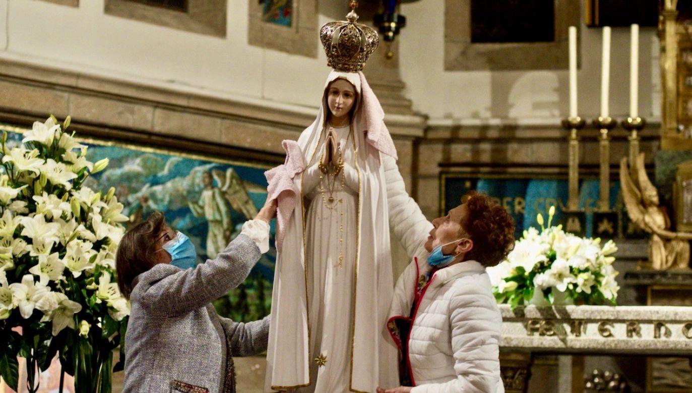 Jak poinformował rektor fatimskiego sanktuarium ks. Carlos Cabecinhas, już we wtorek pielgrzymi będą mogli wejść na teren tego miejsca kultu maryjnego (fot. PAP/EPA/BRAIS LORENZO)