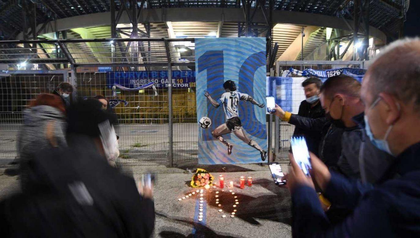 Fani opłakują śmierć Diego Maradony (fot. PAP/EPA/CIRO FUSCO)