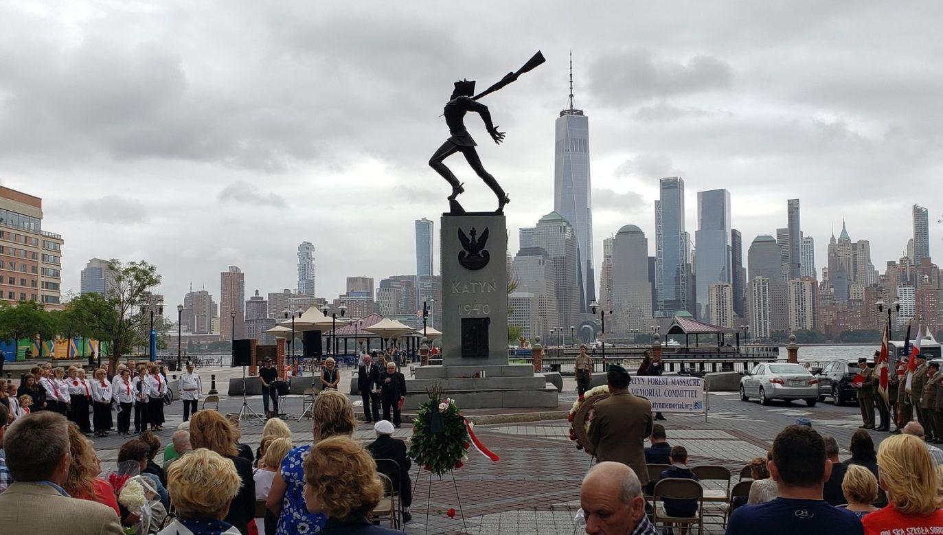 Manifestacja środowisk polonijnych odbyla się pod słynnym Pomnikiem Katyńskim w Jersey City (fot. Twitter/Klub GP New York)