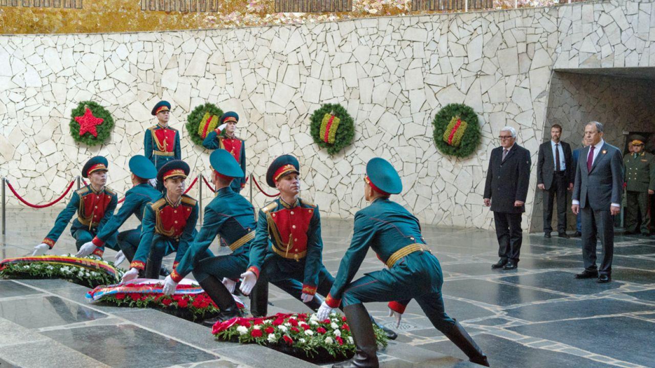 Siergiej Ławrow i Frank-Walter Steinmeier, szefowie MSZ Rosji i Niemiec oddali hołd  ofiarom II wojny światowej(fot. PAP/EPA/SOEREN STACHE)