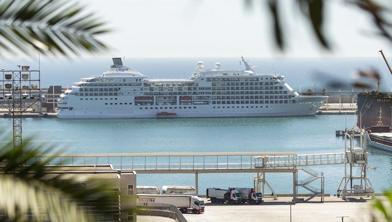 Wycieczkowiec musiał ubiegać się o zgodę o zawinięcie do portu w Barcelonie (fot. Adria Puig/Anadolu Agency via Getty Images)