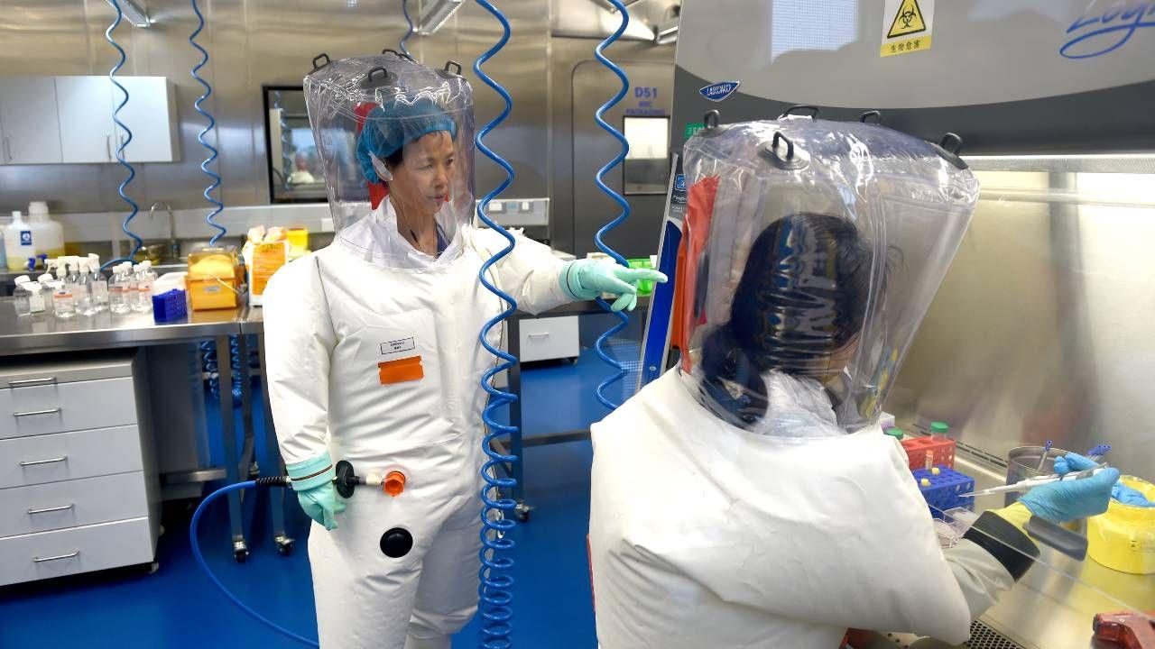 Są podejrzenia, że koronawirus wydostał się z laboratorium w Wuhan (fot. Feature China/Barcroft Media via Getty Images)