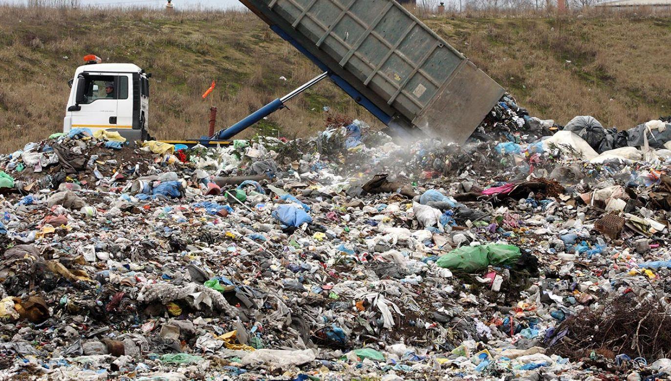 Noworodek został znaleziony w poniedziałek na taśmie do sortowania odpadów w zakładzie w Sianowie (fot. PAP/Tomasz Wojtasik)