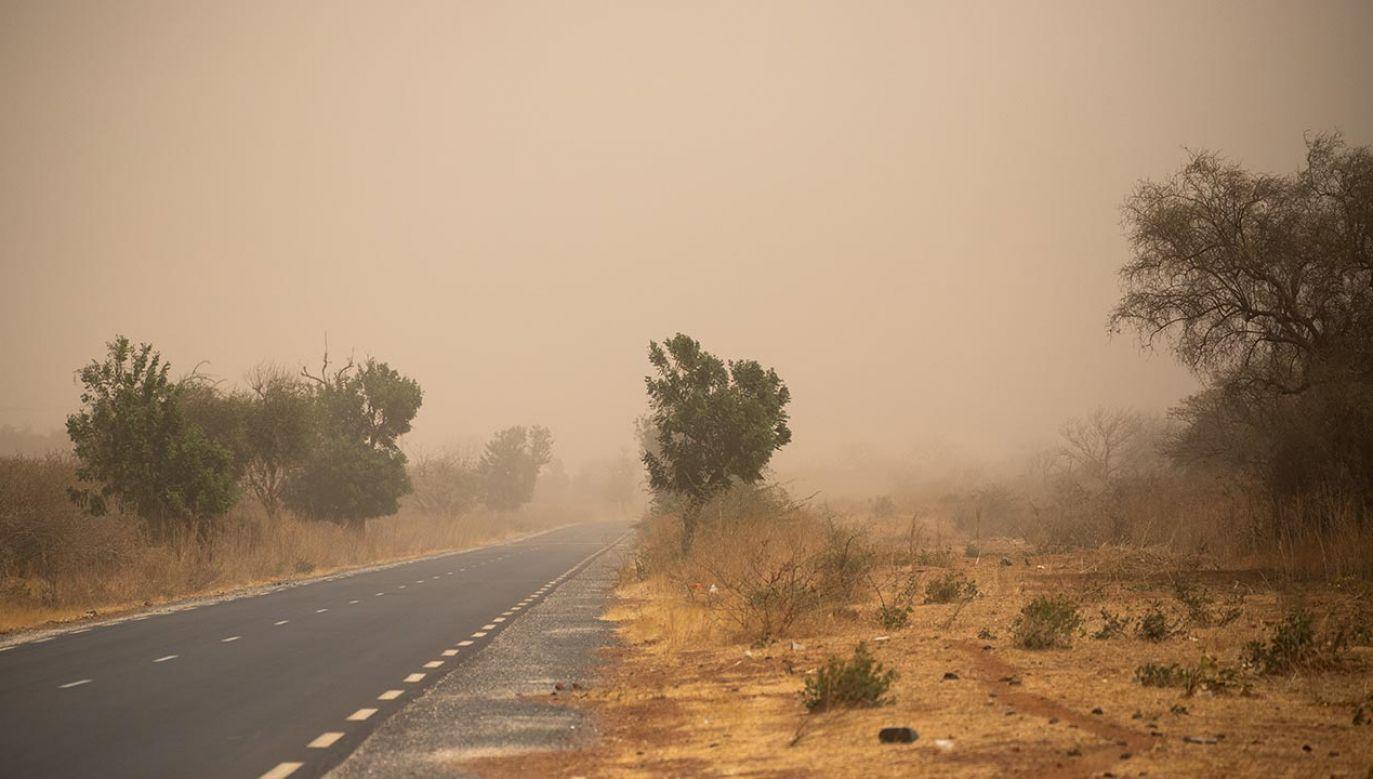 Eksperci ostrzegają, by pozostać w pomieszczeniach i stosować filtry powietrza (fot. Jerome Gilles/NurPhoto via Getty Images)