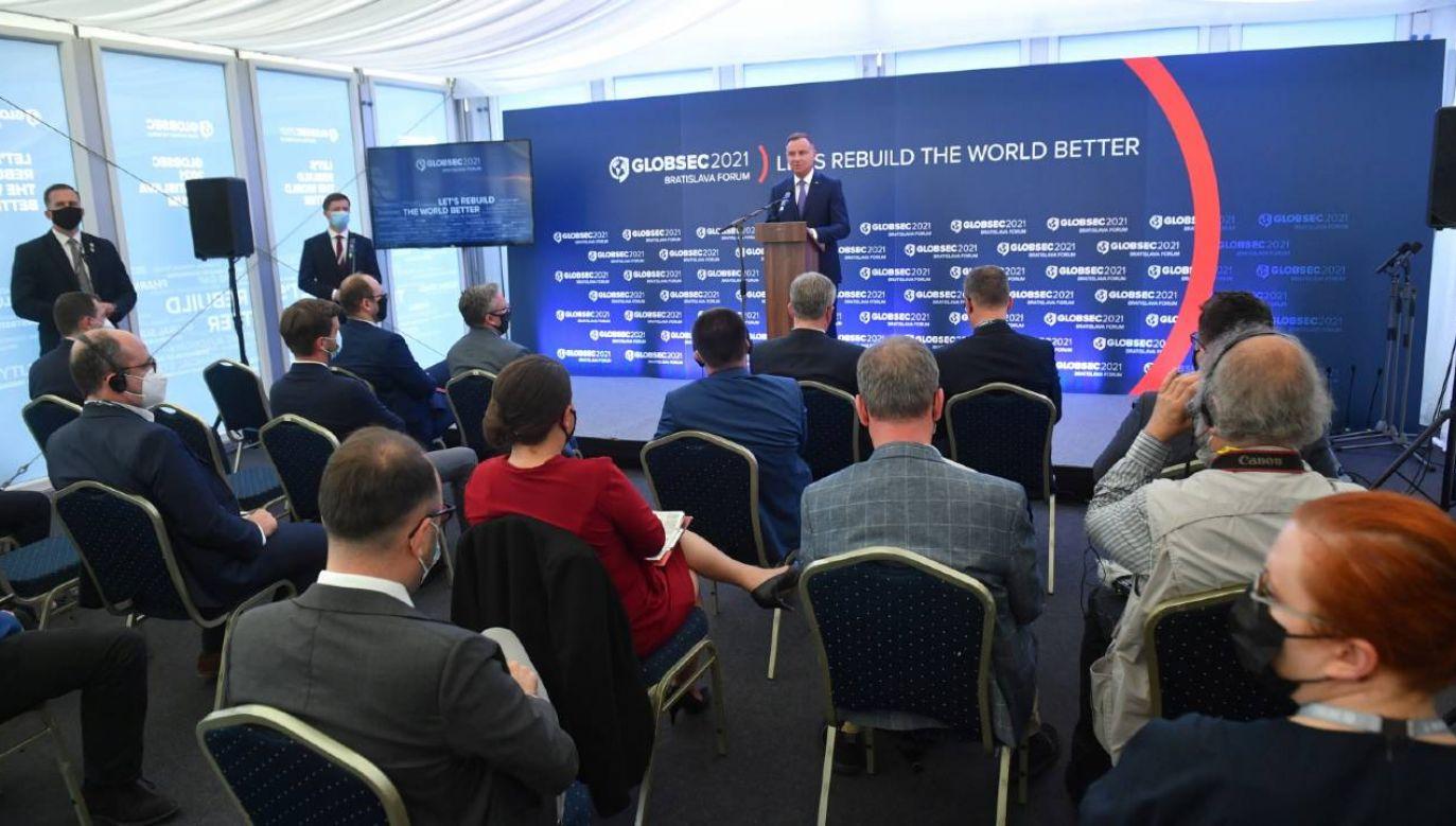 Prezydent Andrzej Duda (C) podczas spotkania z mediami w Bratysławie (fot. PAP/Radek Pietruszka)