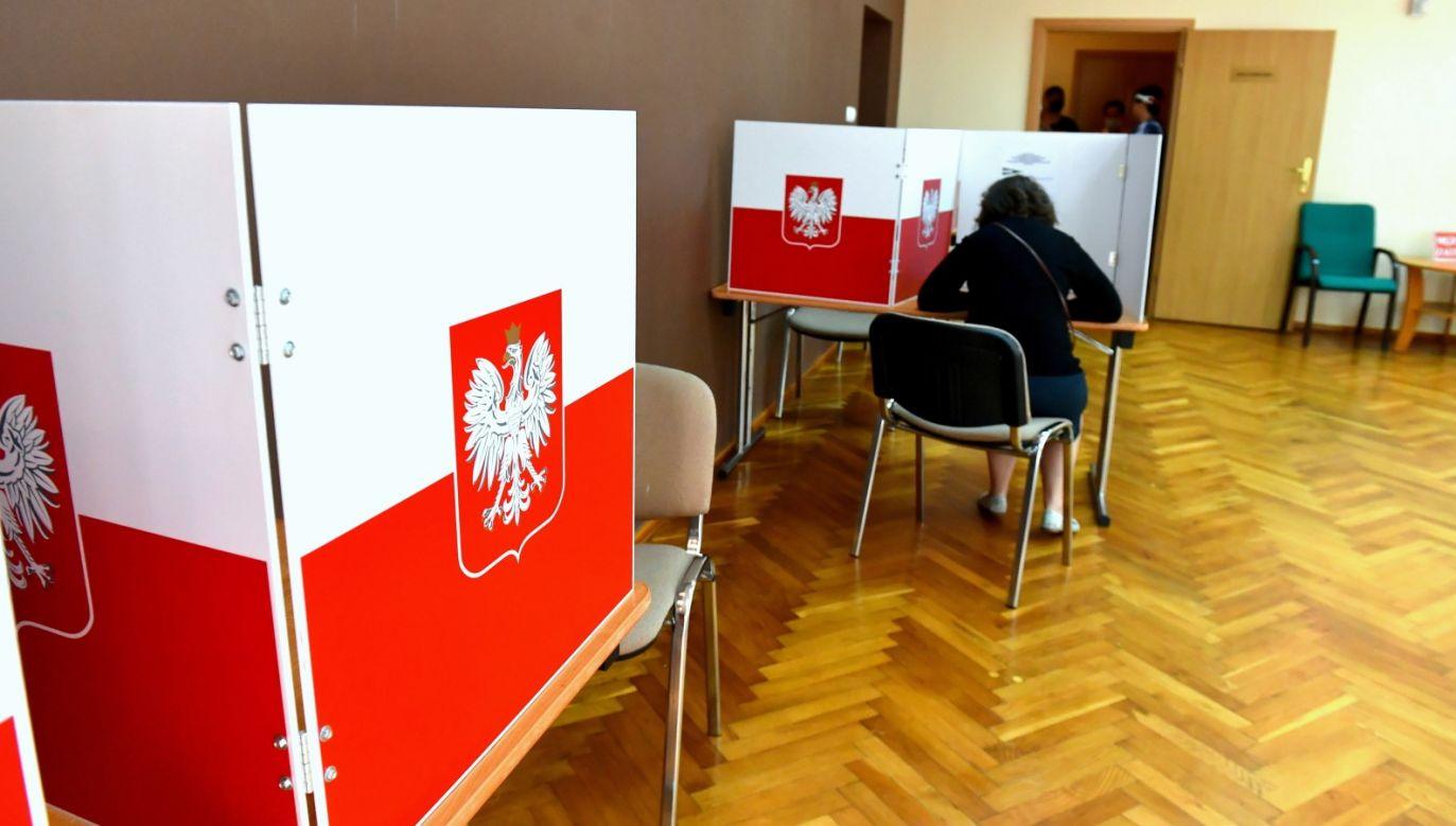 W niedzielę o godz. 7 rozpoczęło się głosowanie w II turze wyborów prezydenckich (fot. PAP/Marcin Bielecki)