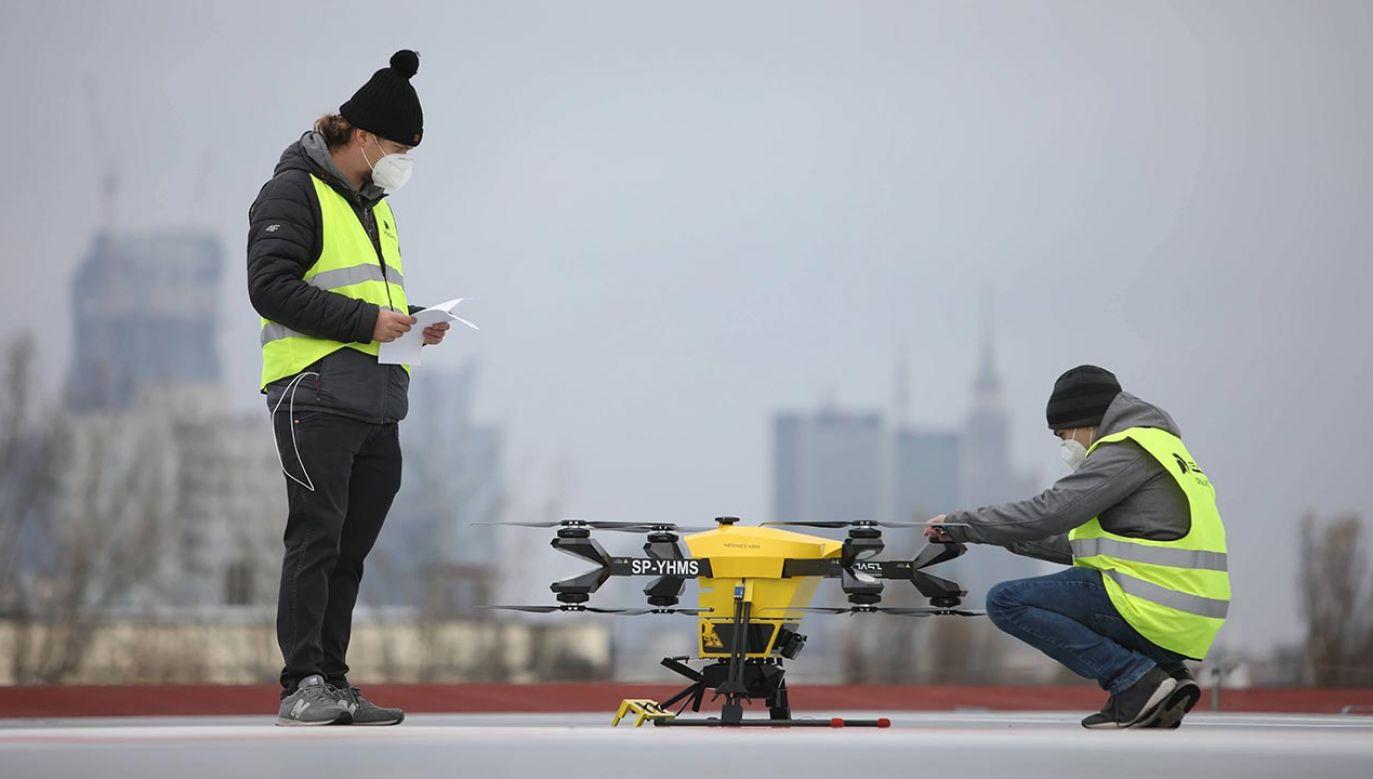 Drony transportują próbki i krew do badań pomiędzy placówkami (fot. PAP/Leszek Szymański)