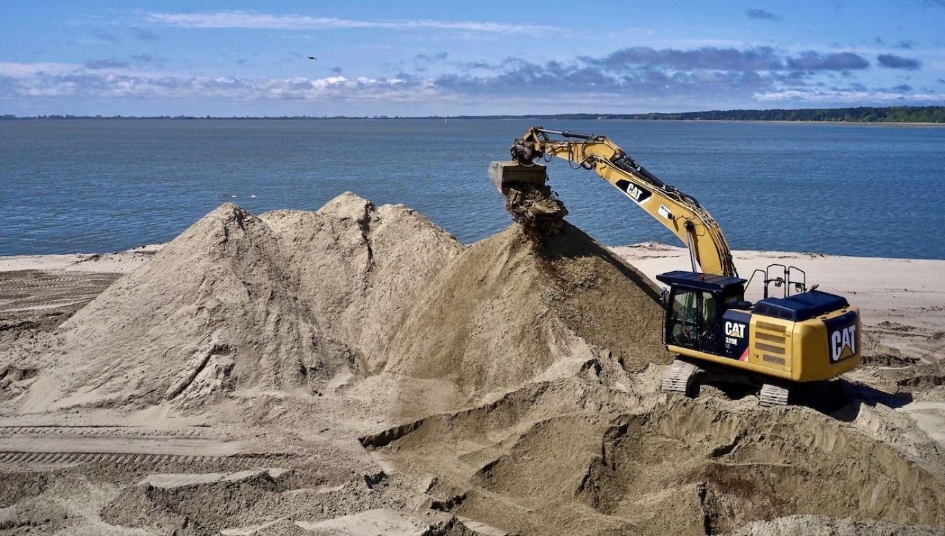 Jak powiedział w programie Gróbarczyk pierwsza inwestycja na budowę kanału, na przekop została sfinalizowana umową i prace toczą się (fot. PAP/Adam Warżawa)
