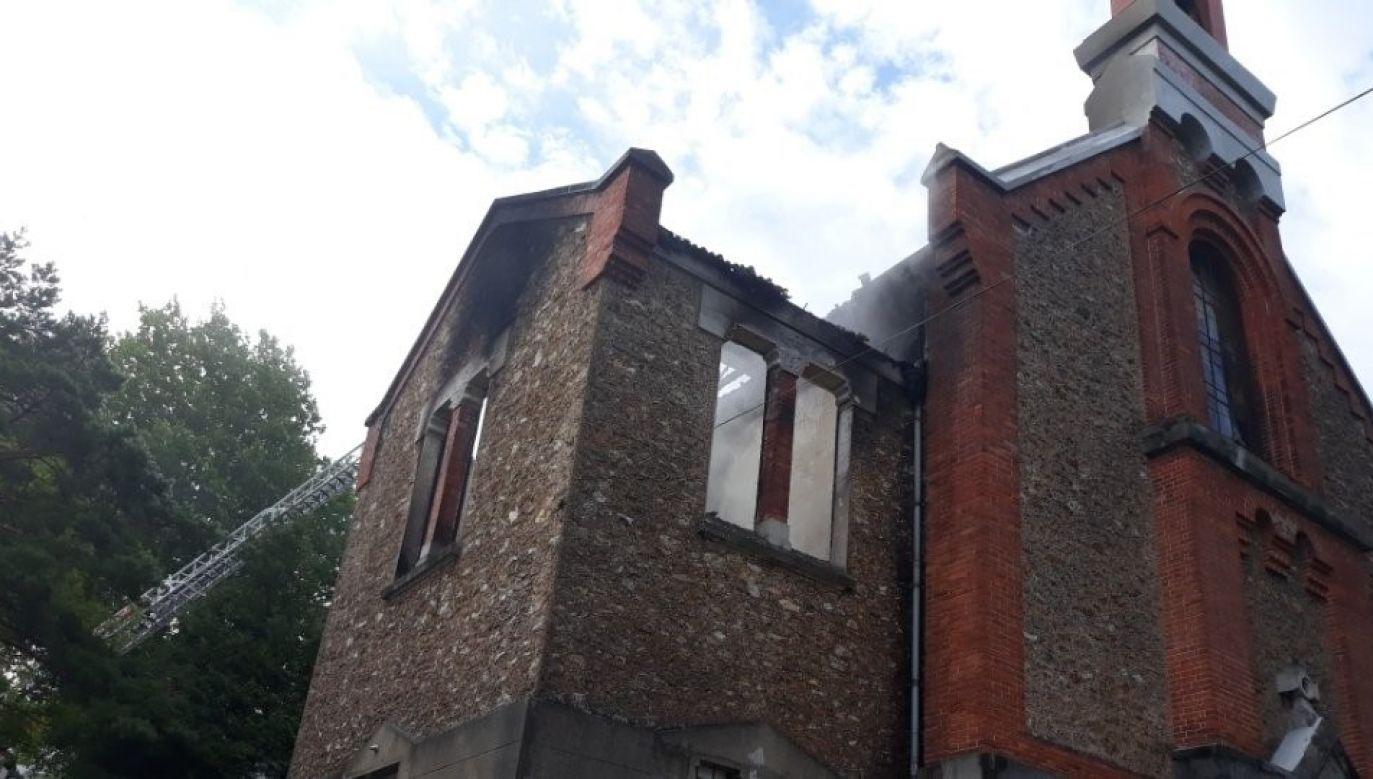 Spalona została całkowicie zakrystia oraz większość dachu. Zalane są niższe kondygnacje (fot. twitter.com/polskifrfr)