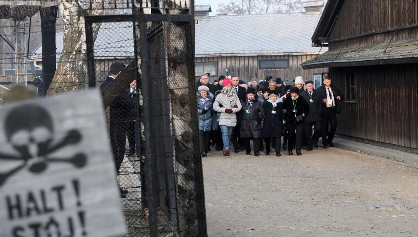 """W tamtym okresie ciężko było ludziom zrozumieć, co dokładnie dzieje się """"za drutami"""" (fot. PAP/Andrzej Grygiel)"""