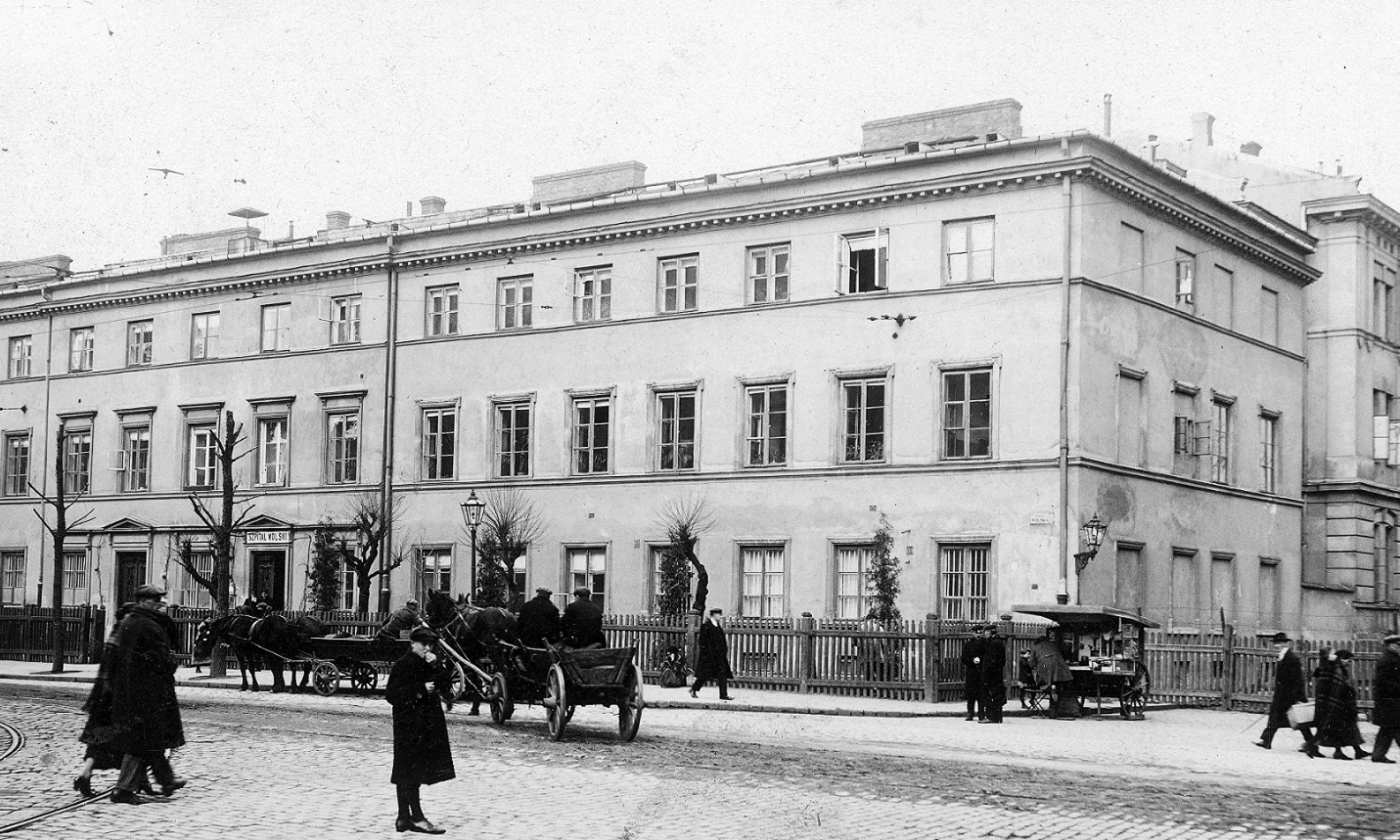 W okresie międzywojennym Wola była, w porównaniu do innych dzielnic warszawskich, bogata w szpitale. W XIX wieku ufundowany przez Stanisława Staszica szpital przy ul. Okopowej 2/4 stał się sławny dzięki badaniom dr. Odo Bujwida nad szczepionką przeciwko wściekliźnie. W 1935 roku Szpital Wolski przeniósł się z ul. Okopowej do nowej siedziby przy ul. Płockiej 26, specjalizując się w leczeniu gruźlicy i chorób płuc. Na zdjęciu Szpital Wolski w  1925 r. Fot. NAC/ Ilustrowany Kurier Codzienny, sygn. 1-C-690