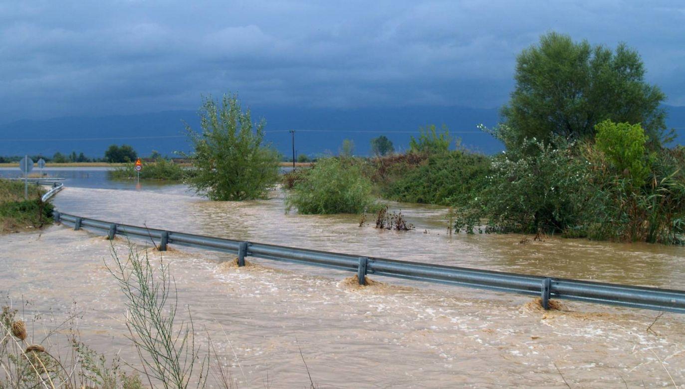 Zalana droga w miejscowości Karditsa (fot. PAP/EPA/STR)