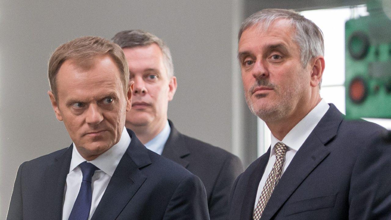 P. o. przewodniczącego Platformy Obywatelskiej Donald Tusk i prezydent Wałbrzycha Roman Szełemej (fot. Maciej Kulczyński/PAP)