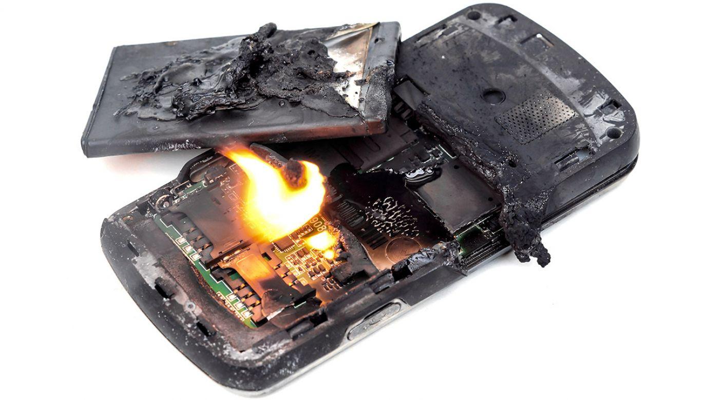 Telefon eksplodował podczas lekcji online (fot. Shutterstock/ wk1003mike)