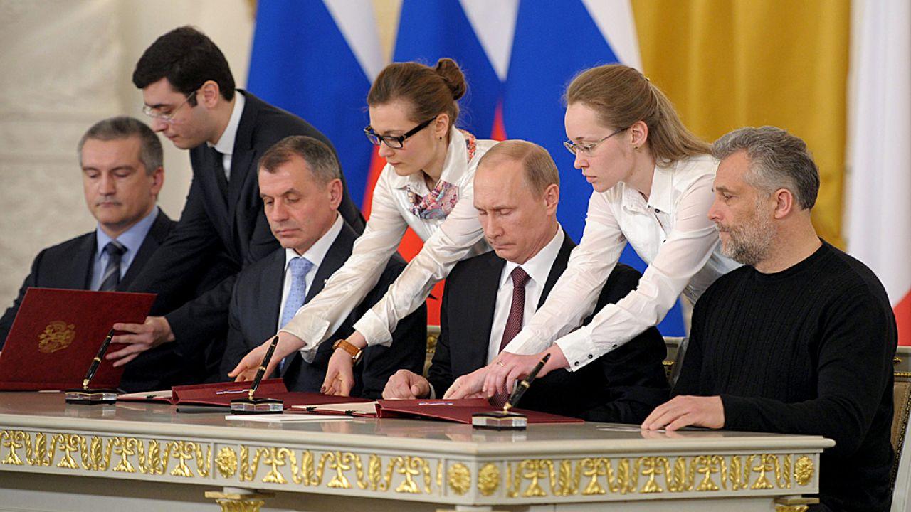 Moment podpisania dekretu o o przyjęciu Krymu do Federacji Rosyjskiej (fot. PAP/EPA/ALEXEY DRUZHINYN/ RIA NOVOSTI )