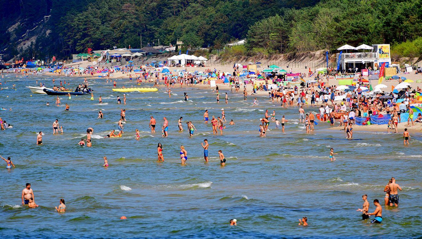 Letni wypoczynek nad Bałtykiem na plaży w Międzyzdrojach (fot. arch.  PAP/Marcin Bielecki)