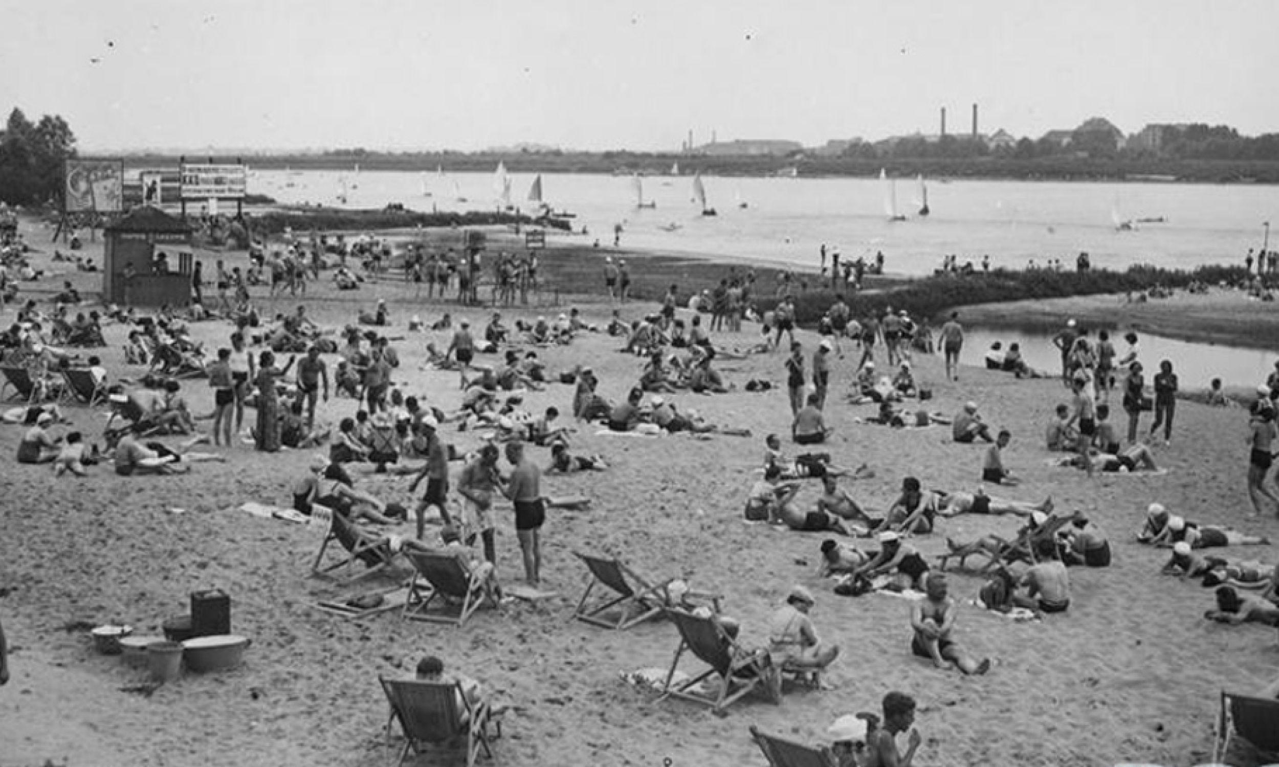 Rok 1936. Warszawa. Plaża Braci Kozłowskich, po prawej stronie mostu Poniatowskiego wzdłuż Saskiej Kępy. (fot. NAC)