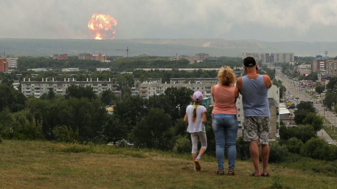 Mieszkańcy obserwują eksplozję w składzie amunicji około sześciu mil od miasta Achinsk, obwód Krasnojarski (fot. PAP/EPA/DMITRY DUB)