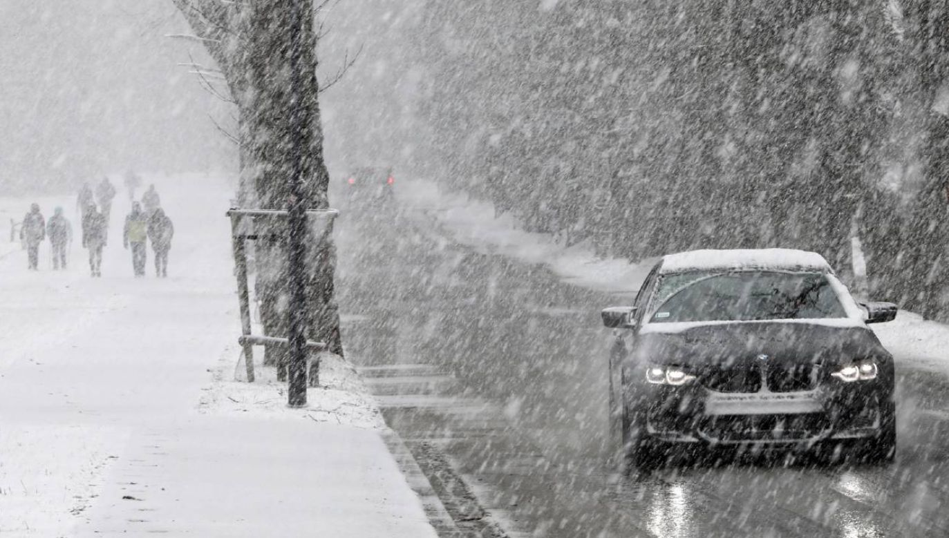 Warunki na drogach mogą być trudne (fot. PAP/Grzegorz Momot)