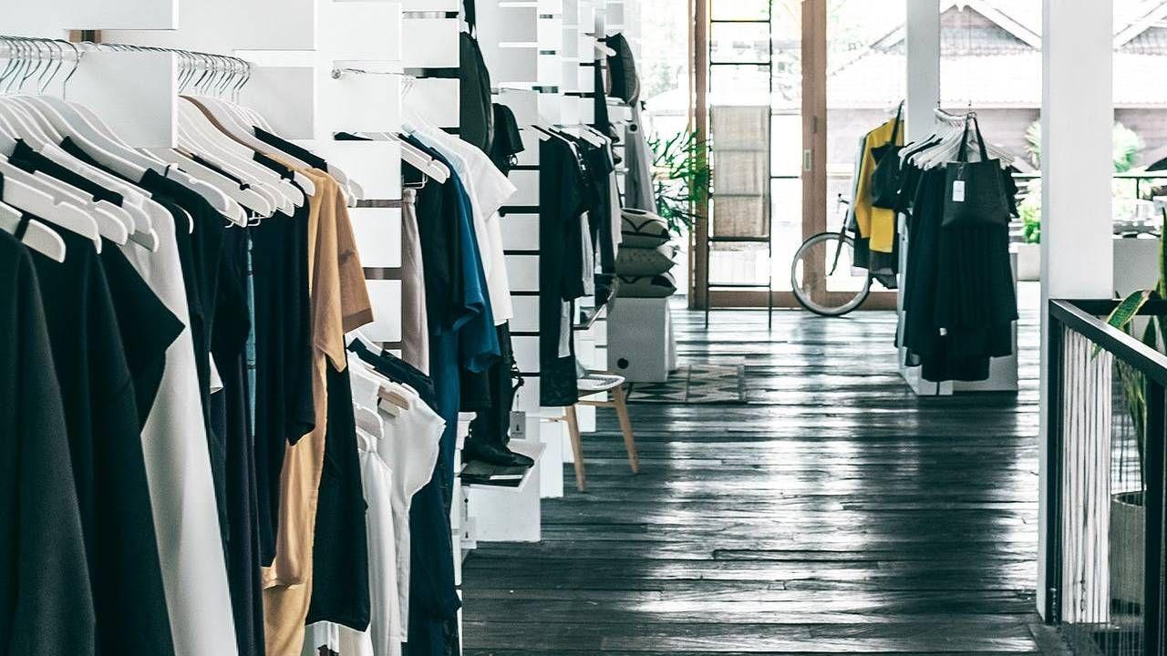 Na nagraniu widać jak kobieta policzkuje pracownika sklepu (fot. Pexels)