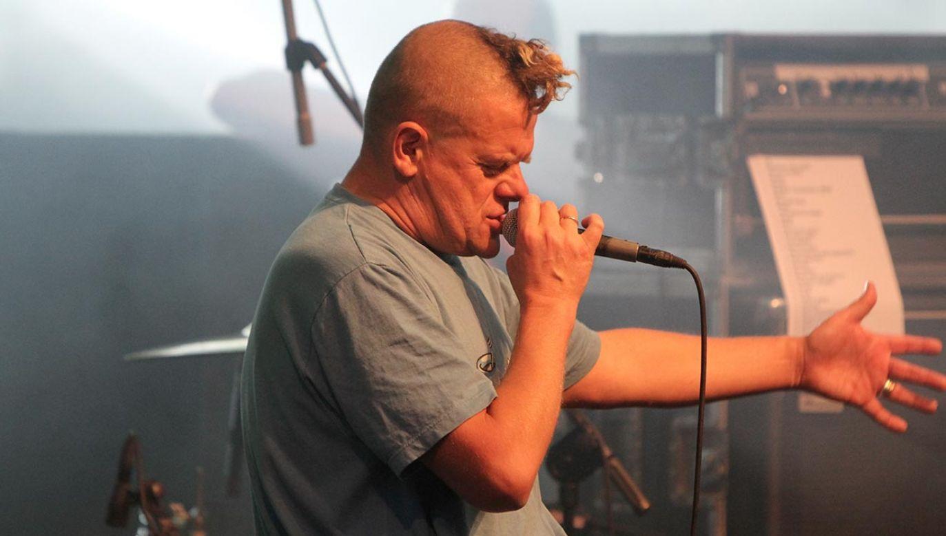 """Już 23 lata temu Kazik w piosence """"12 groszy"""" śpiewał: """"Ameryka też się sypie, to osobny rozdział…""""(fot. PAP/Adrian Starus)"""