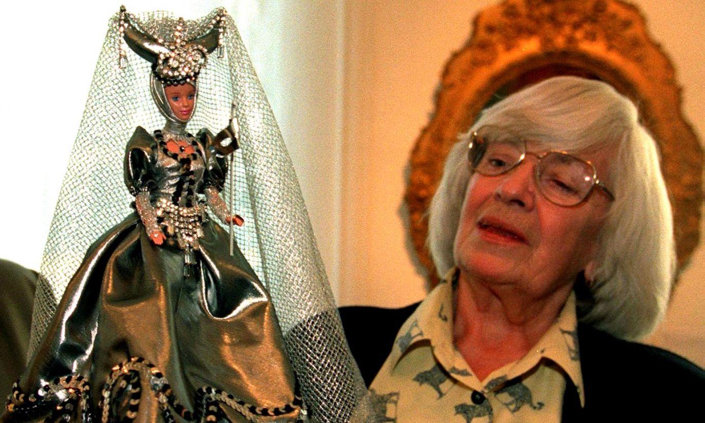 W 1999 r. z lalką Barbie w stroju zaprojektowanym przez samą Zaniewską (fot. arch. PAP/Radek Pietruszka)