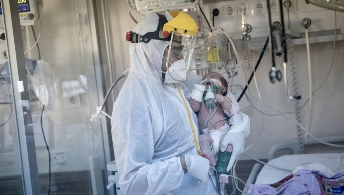 Objawy PIMS-TS pojawiają się u dzieci kilka tygodni po przebytym zakażeniu koronawirusem (fot. Chris McGrath/Getty Images, zdjęcie ilustracyjne)