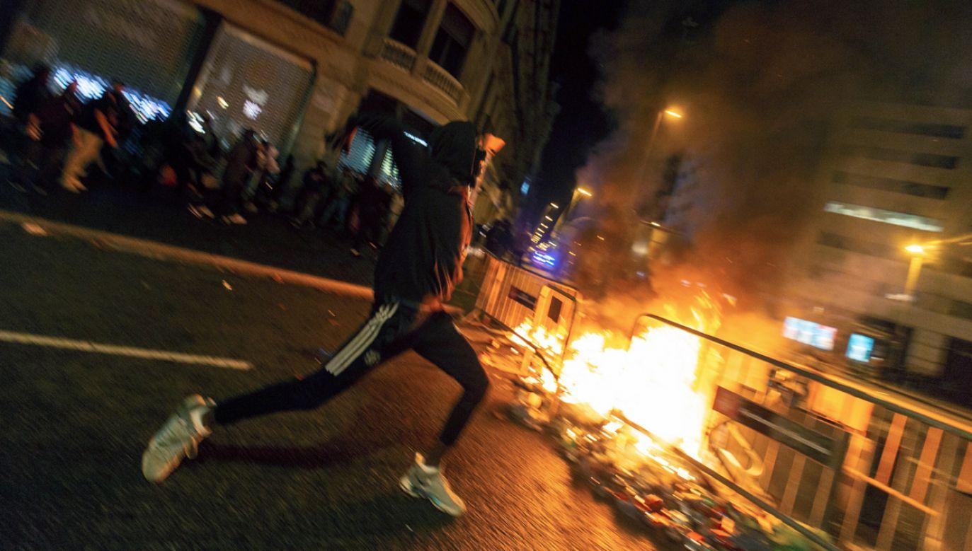W Barcelonie starcia rozpoczęły się przed północą w centrum miasta (fot. PAP/EPA/ENRIC FONTCUBERTA)