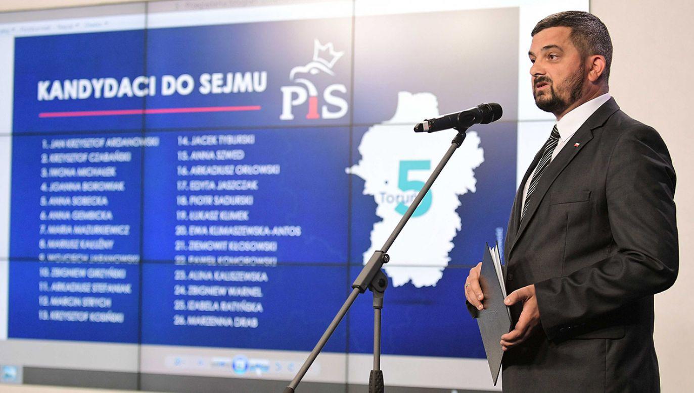 """""""Nasze listy to również listy koalicyjne, bo oprócz członków PiS, będą na nich znajdować się członkowie Solidarnej Polski, Porozumienia Jarosława Gowina, do niedawna członkowie Kukiz'15"""" (fot. PAP/Marcin Obara)"""