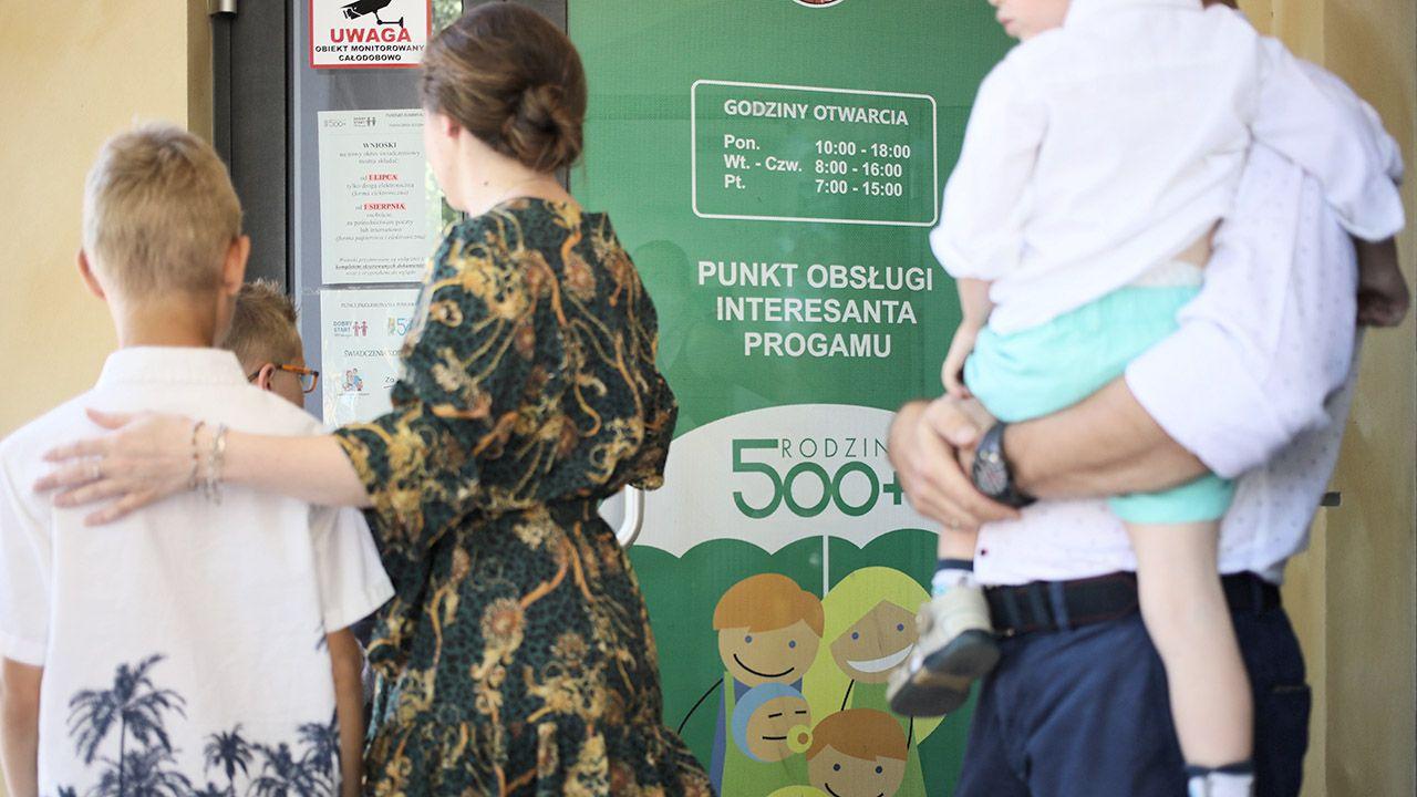 Grabiec zarzucił TVP manipulację w sprawie 500+. Zacytowaliśmy jego wypowiedź dla innej stacji (fot. PAP/Leszek Szymański)