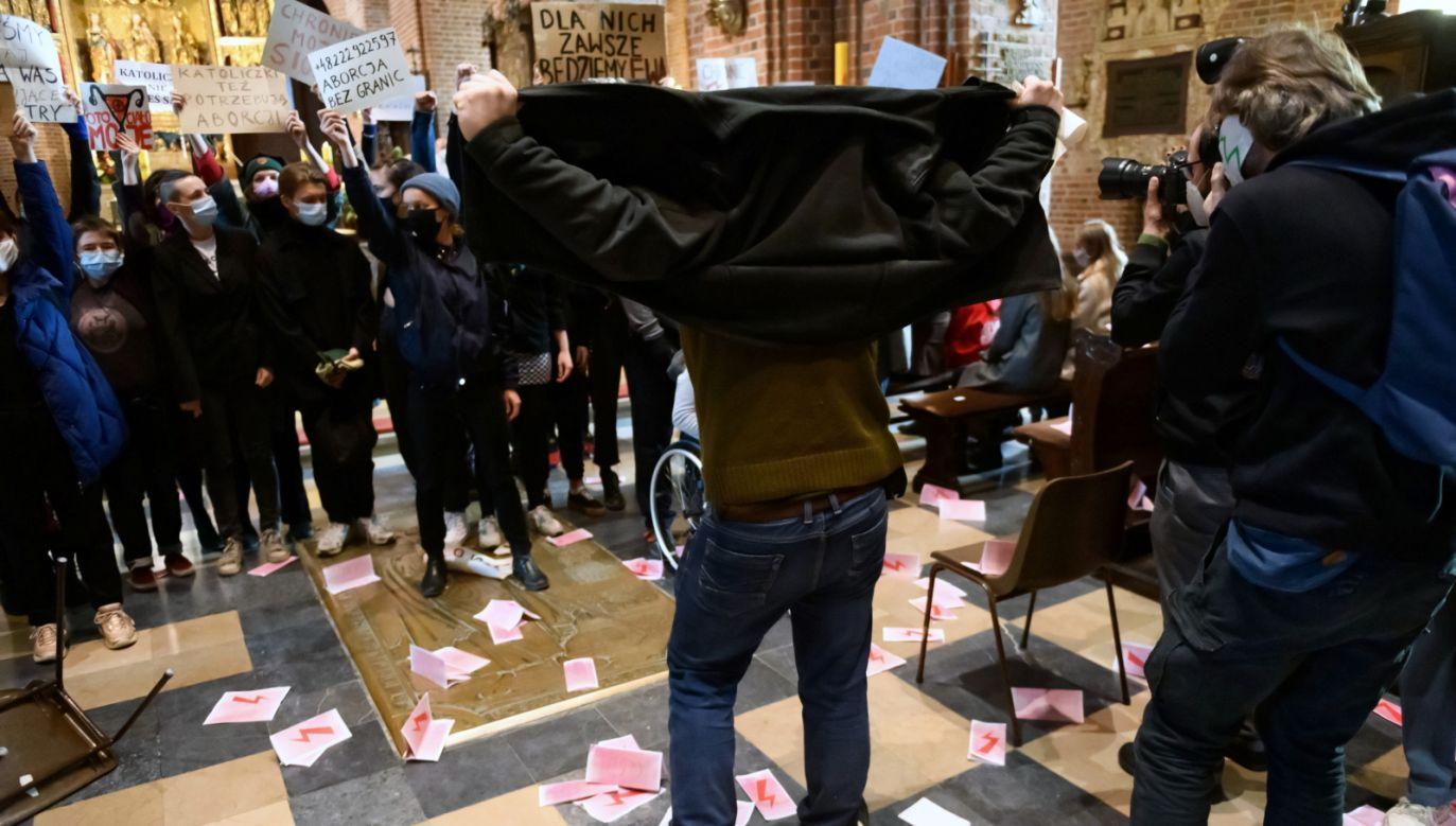 Msza została przerwana (fot. PAP/Jakub Kaczmarczyk)