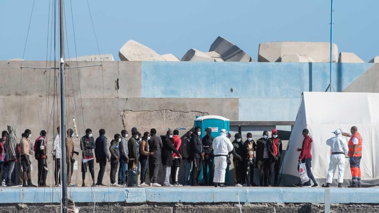 Europa zmaga się z kryzysem migracyjnym (fot. PAP/EPA/Carlos de Saa)