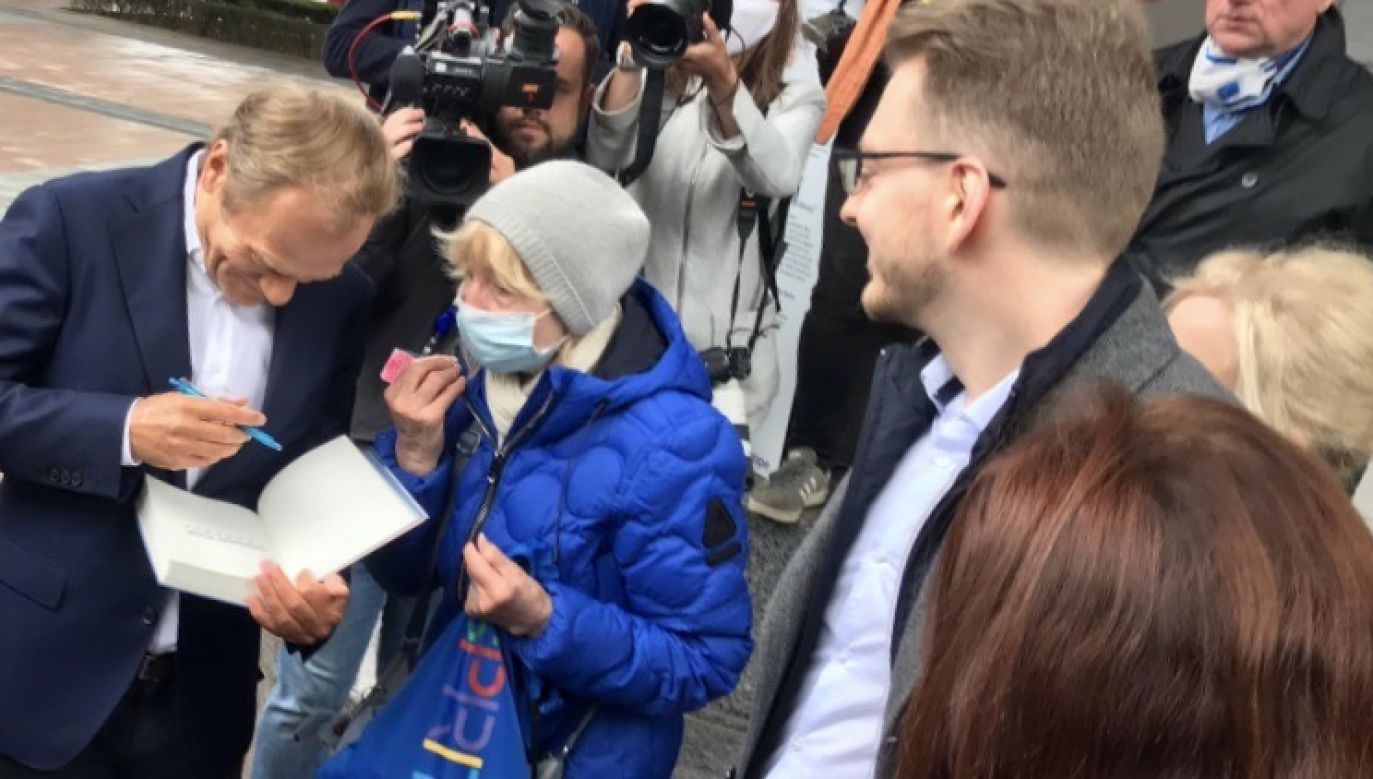 Na towarzystwo byłego premiera uwagę zwrócił jeden z internautów (fot. tt/@JohnMcRac)