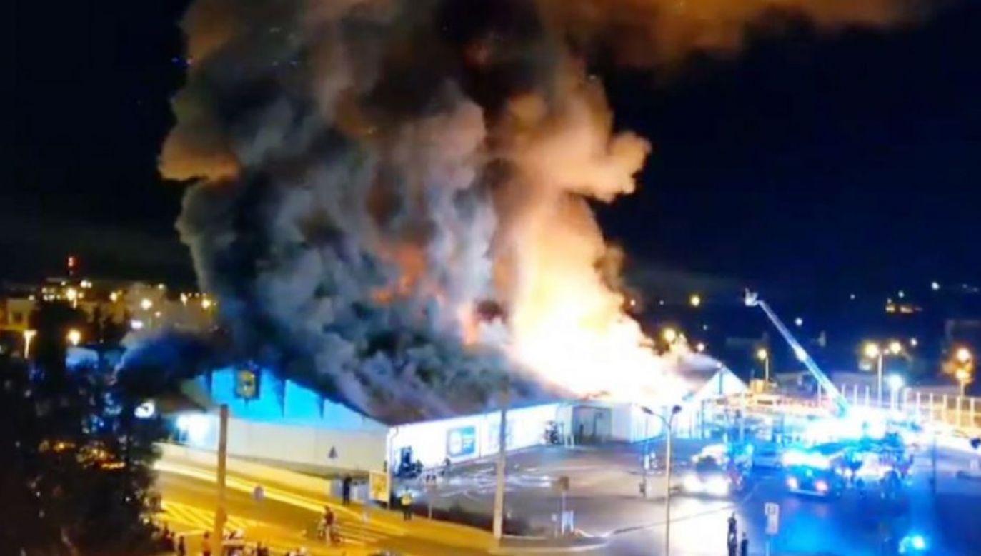 Według nieoficjalnych informacji, w markecie zapalił się sufit – poinformowała TVP Kielce (fot. TVP3 Kielce)