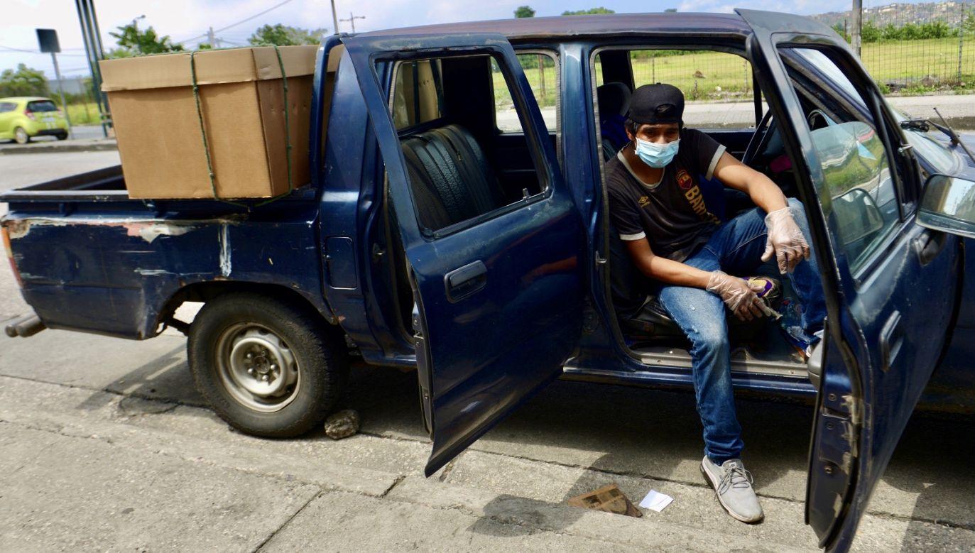 Ekwadorczycy proszą władze o pomoc w pochowaniu zmarłych (fot. PAP/EPA/Marcos Pin)
