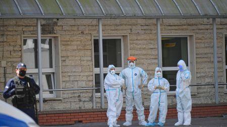 Pracownicy służby zdrowia przed budynkiem szpitala MSWiA przy ulicy Wołoskiej w Warszawie (fot. PAP/Marcin Obara)